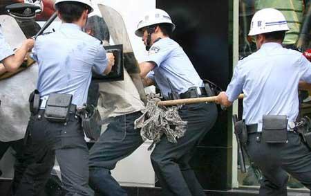 警察将其制服