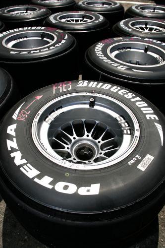 图文:[F1]摩纳哥站练习赛 准备好的轮胎