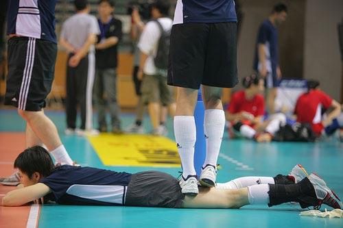 图文:中国女排无锡备战精英赛 周苏红抓紧放松