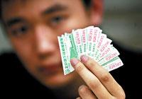 小张向记者展示用做补交票款依据的票根。晨报记者 邹红/摄