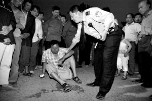 在警察的劝说下,伤者侯女士的丈夫答应离开马路。