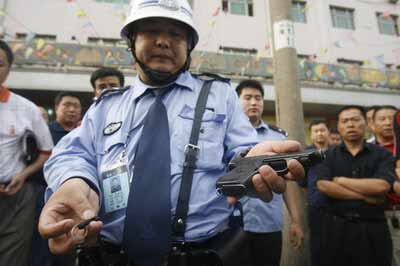 民警王南海展示配枪及被拽断的配枪铁环