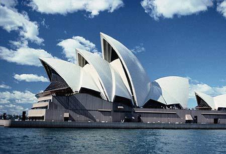 图为闻名世界的悉尼歌剧院。