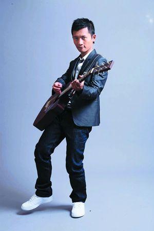 """""""一峰一人一吉他""""是林一峰的舞台标志。"""
