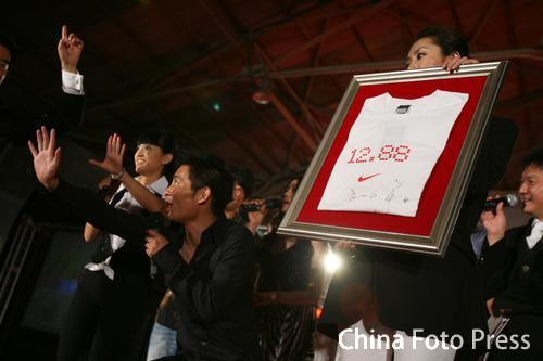 图文:奥委会慈善募捐晚会举行 刘翔捐奥运战袍