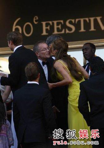 图:《十三罗汉》首映 安吉丽娜-茱莉献吻