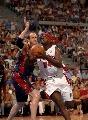 图文:[NBA]活塞vs骑士 韦伯强攻篮下