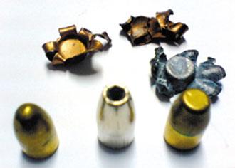 """中空弹(中)弹头呈凹型有别于一般弹头(前左、前右),后方是命中时弹头扩张像""""开花"""",使枪伤伤口加大。"""
