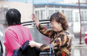 赵晶负责每天接送考生并为考生制定营养食谱,同时她也是一位初三考生的母亲。