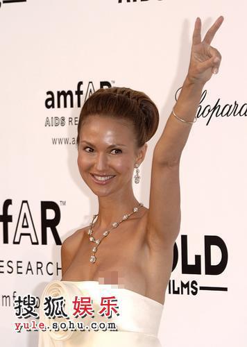 慈善抗艾滋派对 Svetlana大露点浑然不知