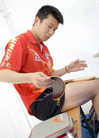 图文:中国队征战萨格勒布 张超在训练前粘胶皮