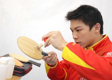 图文:中国队征战萨格勒布 陈杞在训练前粘胶皮