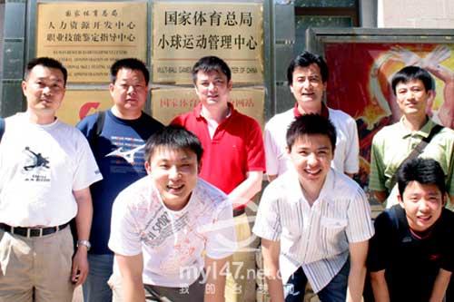 后排左起:裁判李坚、裁判吕康明、台球项目主管张晓冬、二部主任刘荣耀、领队钟国伟;前排左起:于德陆、肖国栋、张安达