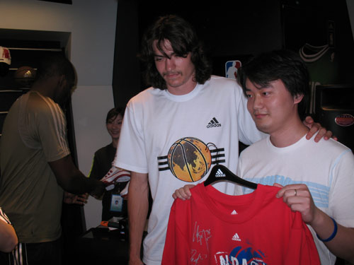 莱斯前不久造访阿迪达斯NBA商品上海专卖店之后,NBA两名冉冉升图片