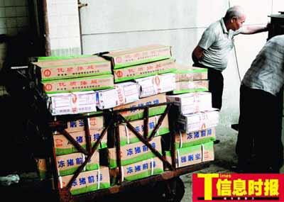 大批储备冻肉正从冷库运往市场