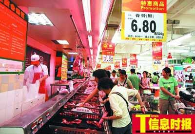 现在,买菜最关心的就是肉价了。杜翠 摄