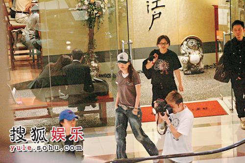2007年5月26日,香港,日前,冯德伦密会舒淇吃饭。 两人离开餐厅时被摄入镜头,舒淇露出甜蜜笑容,反而Stephen立即沉下脸