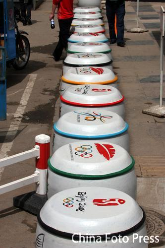 图文:奥运城市建设  沈阳隔离墩印福娃标志