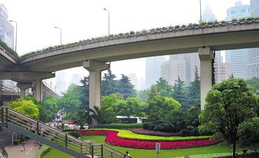 延安路高架成都路段桥下的花圃给繁忙的都市带来了一片绿意 记者 任国强