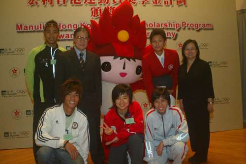 霍震霆(后排左二)与5名获奖运动员合影