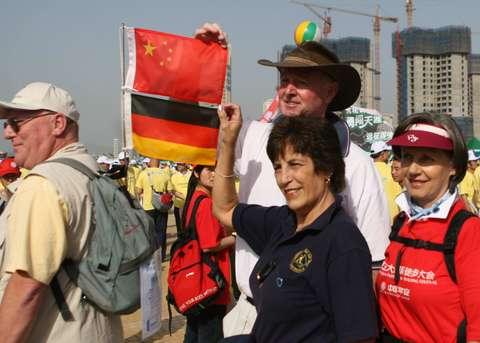 图文:大连十万人徒步与奥运同行 德国友人问好