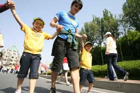 图文:大连十万人徒步与奥运同行 李明和他孩子