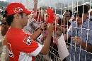 图文:[F1]摩纳哥站练习赛 马萨为车迷签名