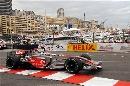 图文:[F1]摩纳哥站排位赛 阿隆索驶出弯道
