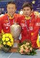 图文:世乒赛男双颁奖仪式 冠军球台前合影