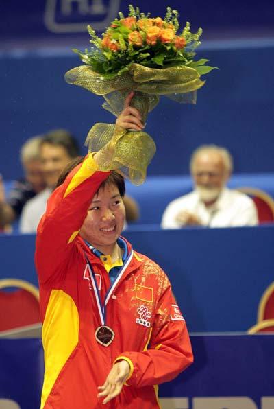 图文:世乒赛女单颁奖仪式 李晓霞高举花朵庆祝