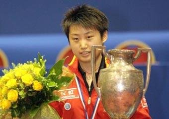图文:世乒赛女单颁奖仪式 郭跃拿奖杯面带微笑