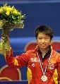 图文:世乒赛女单颁奖仪式 郭跃拿花朵面带笑容