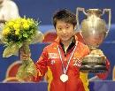 图文:世乒赛女单颁奖仪式 郭跃高举奖杯和花朵