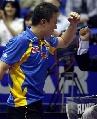 图文:世乒赛男双决赛 马琳为夺得赛点击节叫好