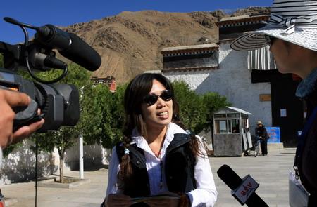 图文:珠峰大行动  台湾游客接受记者采访