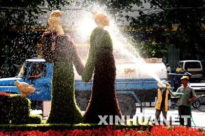 """5月26日,园林工人给""""邯郸学步""""植物造型喷水保湿。"""