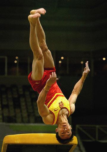 图文:中澳体操对抗赛男团比赛 郭伟阳跳马下法