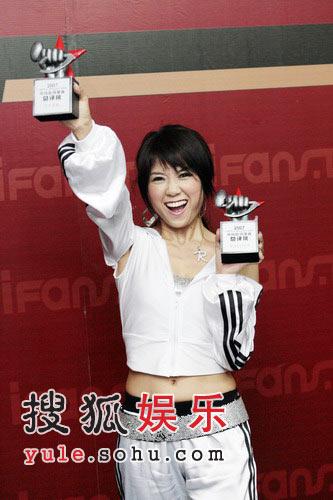 王蓉获双奖兴奋秀奖杯