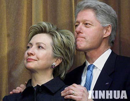资料图片:希拉里(左)与丈夫克林顿。 新华社发