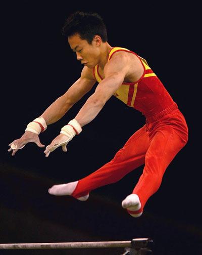 图文:墨尔本体操挑战赛 郭伟阳单杠追求难度