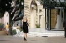 图文:[F1]摩纳哥站性感美女 远处的黑衣女郎