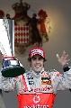 图文:[F1]阿隆索称雄摩纳哥站 阿隆索展示奖杯
