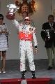 图文:[F1]阿隆索称雄摩纳哥站  汉密尔顿举奖杯