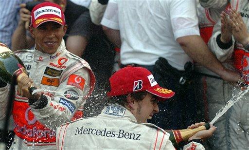 图文:[F1]阿隆索称雄摩纳哥站  队友间的庆祝
