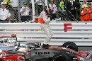 图文:[F1]阿隆索称雄摩纳哥站  阿隆索庆祝动作