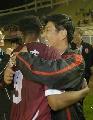 图文:[中超]长春VS上海 老总拥抱阿尔维斯