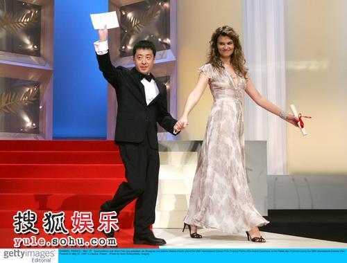 图:戛纳电影节颁奖现场 贾樟柯与女星牵手亮相