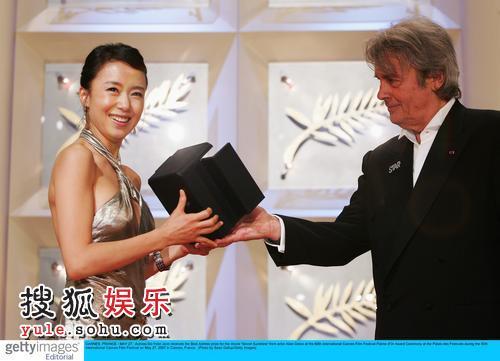 图:阿兰-德龙为全度妍颁发最佳女主角奖