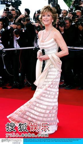 图:简-方达低胸礼服风韵犹存 亮相红毯成焦点