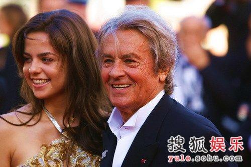 独家:影星阿兰-德龙与女儿亮相红毯 笑容满面